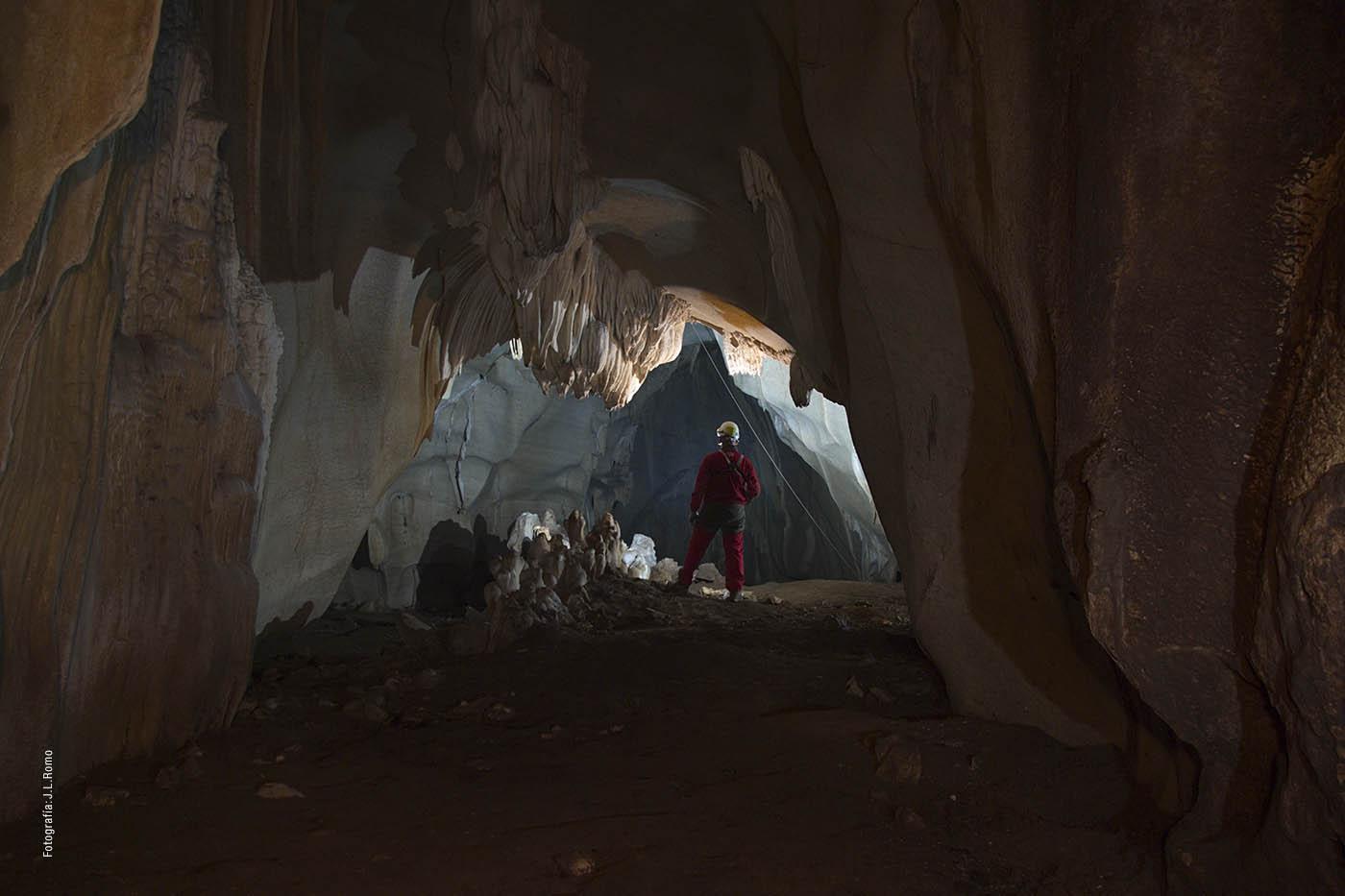 Espeleología en la Sierra de la Utrera (Casares)